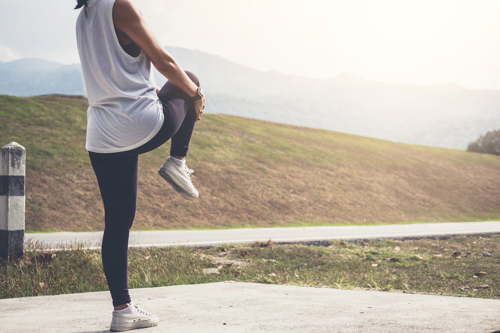 runner dealing with muscle cramp